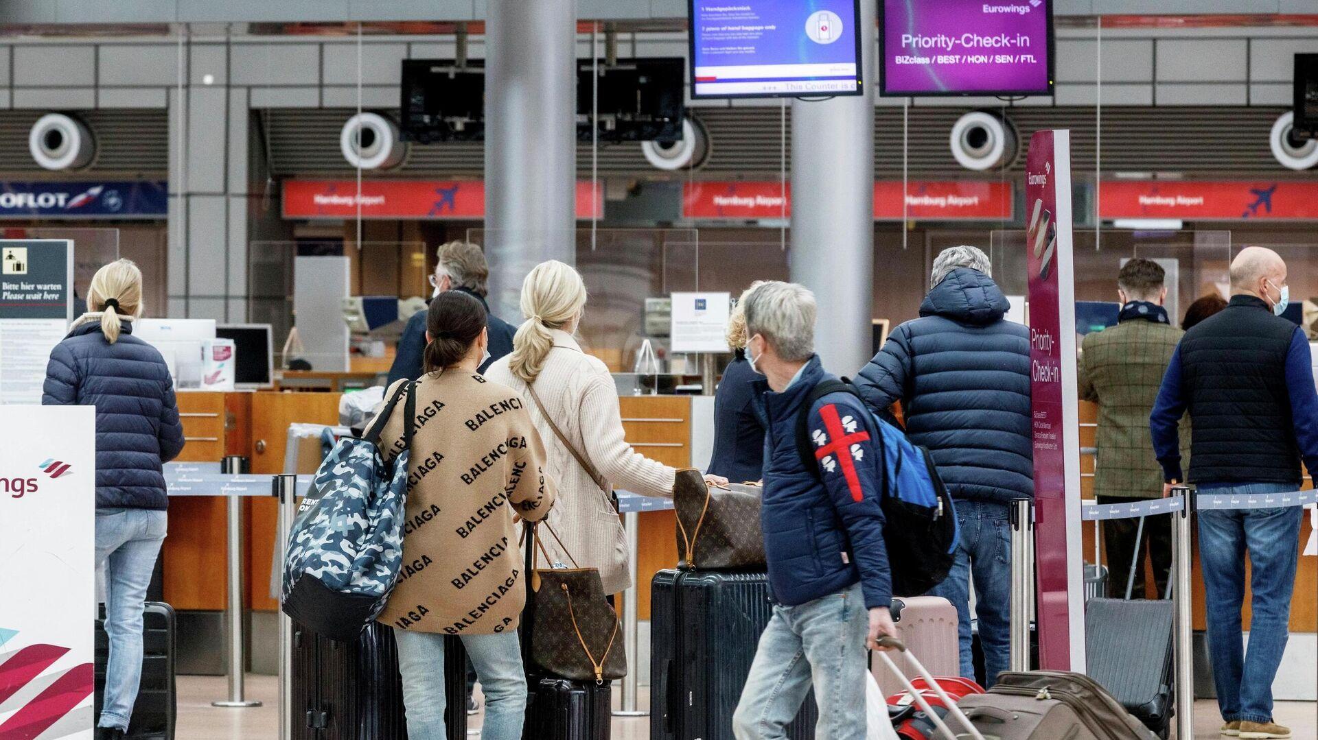 Pasajeros en el aeropuerto de Hamburgo, Alemania, se preparan para ir a Palma de Mallorca. 14 de marzo de 2021. - Sputnik Mundo, 1920, 29.03.2021