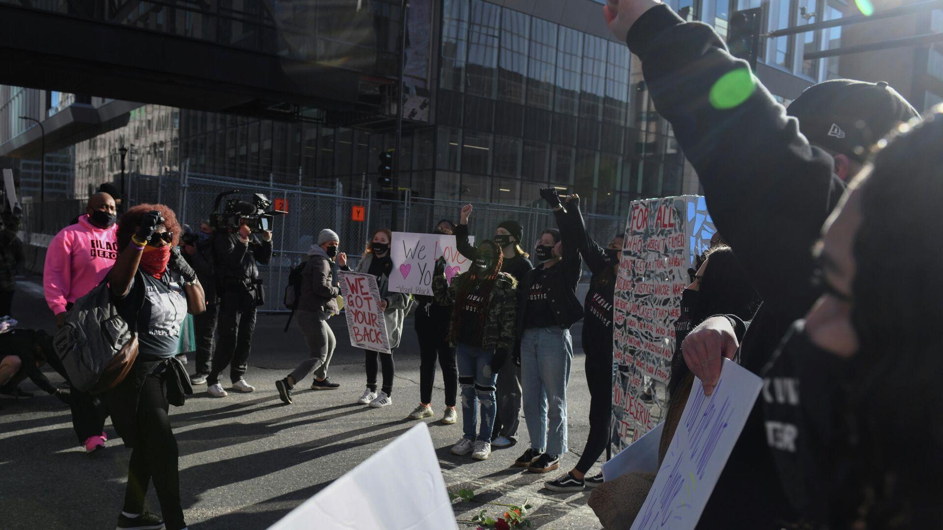 Protestas en EEUU en medio del juicio del policía acusado del homicidio de George Floyd - Sputnik Mundo, 1920, 29.03.2021
