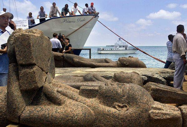 La ciudad portuaria de Heracleion, también conocida como Tonis, está situada en la desembocadura del Nilo. Era considerada la puerta de entrada a Egipto. La primera mención de la ciudad data del siglo XII a.C. y fue descrita por Heródoto y Estrabón. Fue encontrado en el año 2000 a una profundidad de 10 metros, a seis kilómetros de la costa. Se han descubierto y sacado a la superficie cientos de estatuas y losas de piedra con inscripciones en griego y egipcio antiguo, junto con monedas de oro y docenas de sarcófagos que podrían haber contenido animales momificados como ofrendas a los dioses. Los arqueólogos también han descubierto los restos de decenas de naufragios. A finales del siglo II a.C., una combinación de terremotos, tsunamis, subida del nivel del mar y erosión del suelo provocó la inundación de Heraklion. En la foto: antiguas estatuas de Heracleion elevadas a la superficie. - Sputnik Mundo