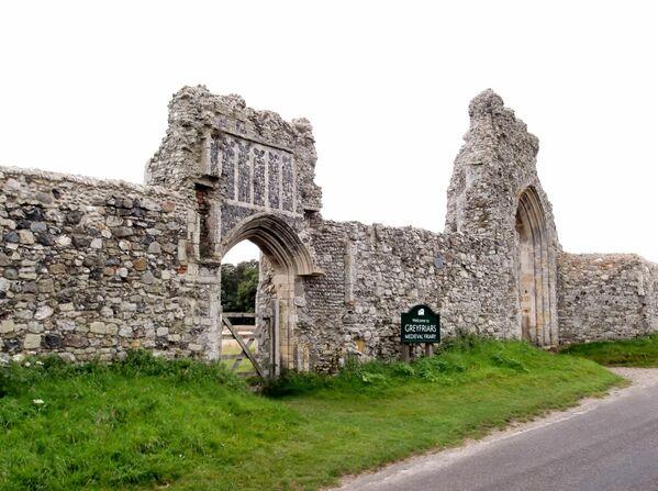 Dunwich era un importante puerto comercial en la costa este de Inglaterra. En el siglo XIII a.C. la ciudad contaba con varias iglesias, capillas, dos hospitales y un ayuntamiento. En 1286, una gran tormenta azotó Dunwich, seguida de potentes vientos huracanados que destruyeron la costa y alteraron el curso del río Blyth, lo que provocó la pérdida del puerto de la ciudad. Fue un desastre económico para el puerto y en el siglo XIV Dunwich estaba desierta. Con el paso de los siglos, la erosión de la costa se tragó el resto de la ciudad bajo el mar, aunque todavía se conservan las ruinas del convento franciscano de Greyfriars y la capilla del Hospital de Leprosos de Santiago. - Sputnik Mundo