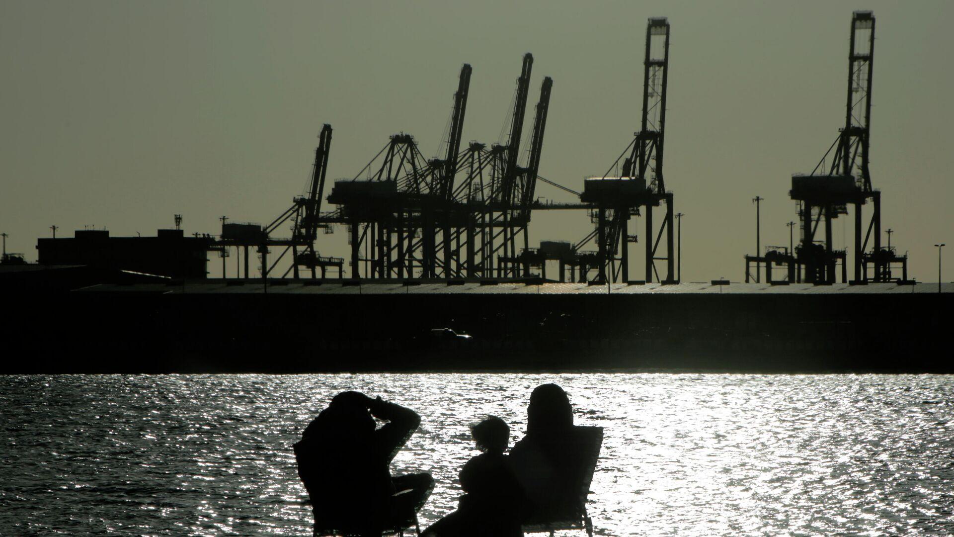 Unas personas miran la puesta de sol en la ciudad portuaria de Yeda, Arabia Saudita - Sputnik Mundo, 1920, 31.03.2021