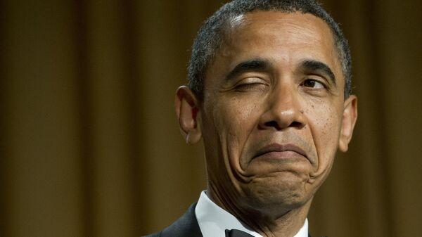 Президент США Барак Обама подмигивает, рассказывая анекдот о месте своего рождения во время ужина Ассоциации корреспондентов Белого дома в Вашингтоне, 2012 год  - Sputnik Mundo