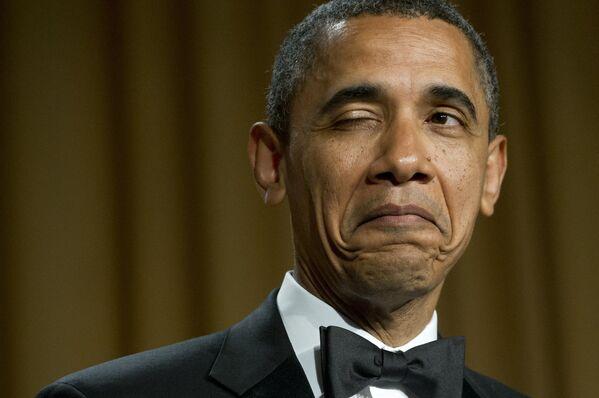 El 44 presidente de Estados Unidos, Barack Obama, guiña un ojo mientras cuenta un chiste sobre su lugar de nacimiento durante la cena de la Asociación de corresponsales de la Casa Blanca en Washington, 2012.  - Sputnik Mundo