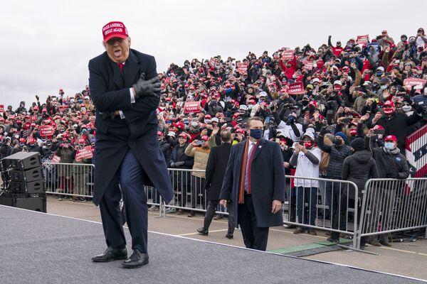 El 45 presidente de Estados Unidos, Donald Trump, bromea sobre el frío durante un encuentro con votantes en el Michigan Sports Stars Park, en Michigan, 2020.  - Sputnik Mundo
