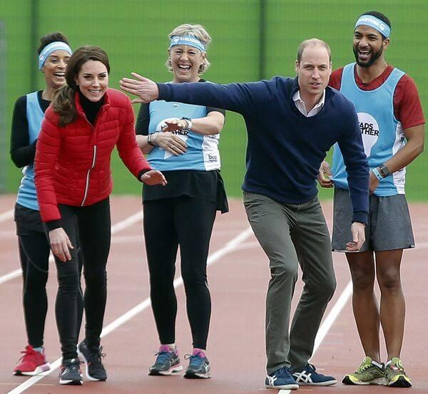 La duquesa de Cambridge, Catalina, y su marido, el príncipe Guillermo, intercambian bromas en una carrera benéfica Heads Together en el Parque Olímpico Reina Isabel en Londres, 2017.  - Sputnik Mundo