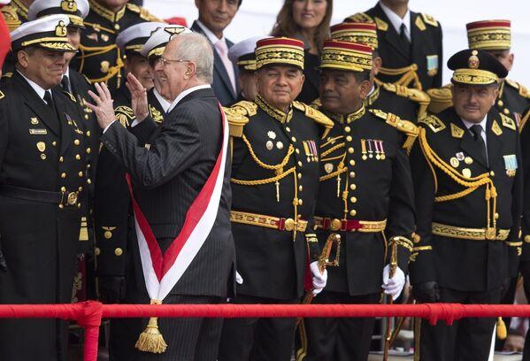 El expresidente peruano Pedro Pablo Kuczynski bromea con unos oficiales en un desfile militar por el Día de la Independencia en Lima, 2016.  - Sputnik Mundo