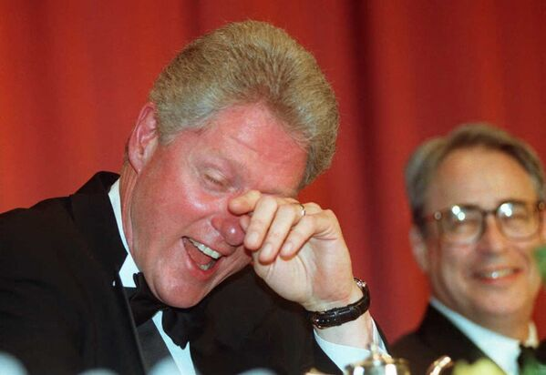 El 42 presidente de EEUU, Bill Clinton, se seca las lágrimas de la risa tras una broma del cómico Al Franken durante la cena anual de la Asociación de corresponsales de la Casa Blanca, 1996.  - Sputnik Mundo