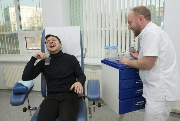 El entonces candidato presidencial ucraniano Volodímir Zelenski durante un análisis de sangre, 2019.   - Sputnik Mundo