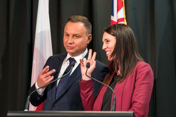 El presidente polaco, Andrzej Duda, y la primera ministra neozelandesa, Jacinda Ardern, bromean sobre el número de firmas en una ceremonia de firma en Auckland (Nueva Zelanda), 2018.   - Sputnik Mundo