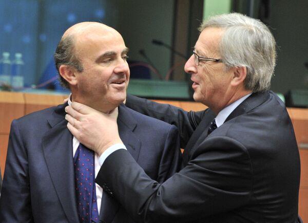 El exministro de Economía español Luis De Guindos (izquierda) y el entonces primer ministro luxemburgués y expresidente del Eurogrupo, Jean-Claude Juncker, antes de la reunión de la Eurozona en la sede de la UE en Bruselas, 2012.  - Sputnik Mundo