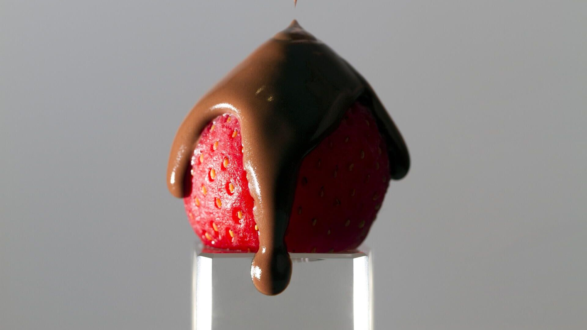 Una fresa con chocolate  - Sputnik Mundo, 1920, 31.03.2021