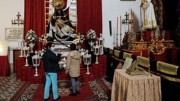 Españoles en una iglesia - Sputnik Mundo