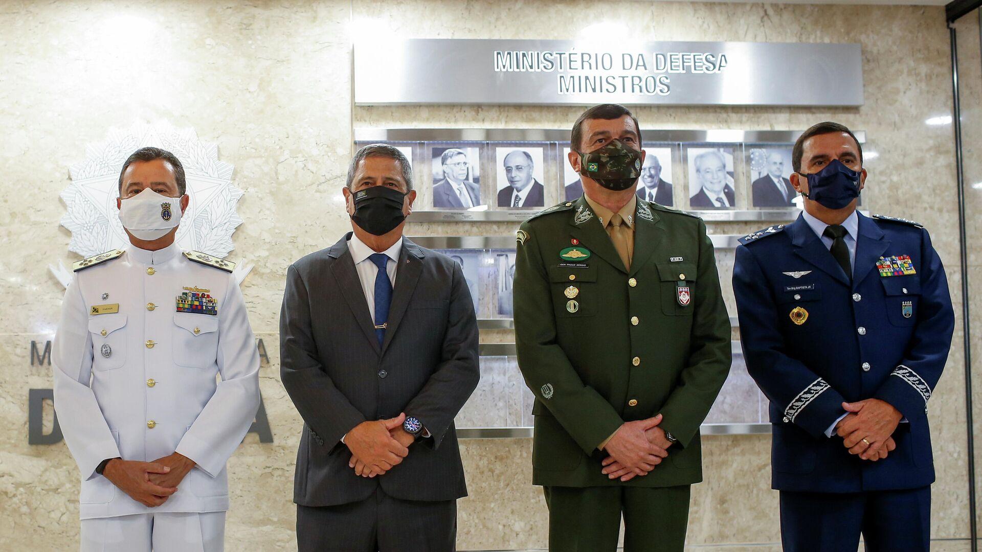 Ministro de Defensa de Brasil, Walter Braga Netto, almirante Almir Garnier Santos, general Paulo Sergio Nogueira y teniente brigadier Carlos Baptista Junior - Sputnik Mundo, 1920, 31.03.2021