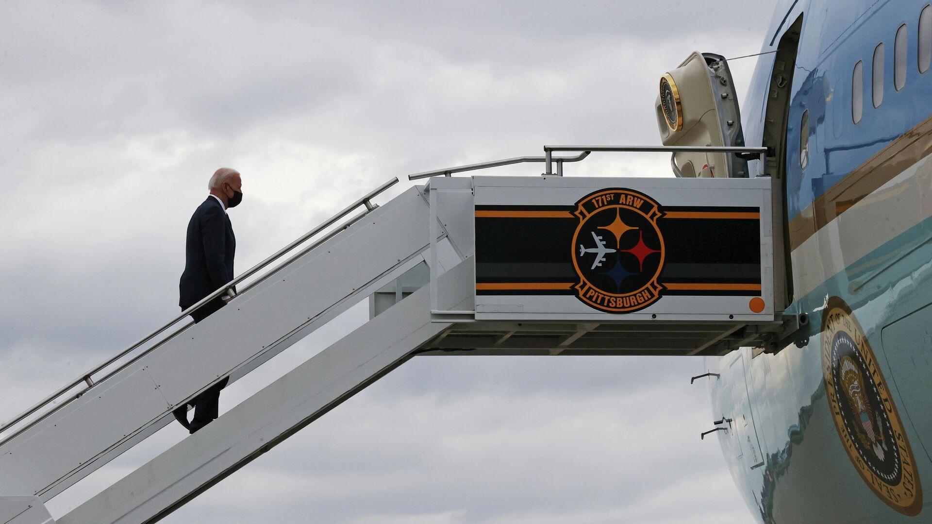 El presidente de EEUU sube por al avión - Sputnik Mundo, 1920, 01.04.2021