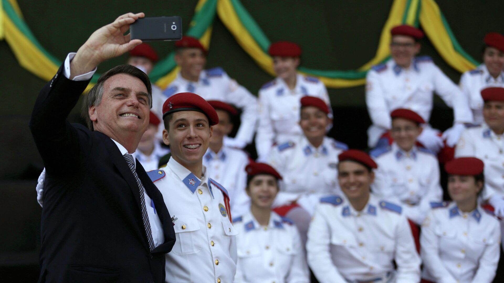 El presidente de Brasil, Jair Bolsonaro, junto a estudiantes de la Escuela Militar en 2019 - Sputnik Mundo, 1920, 01.04.2021