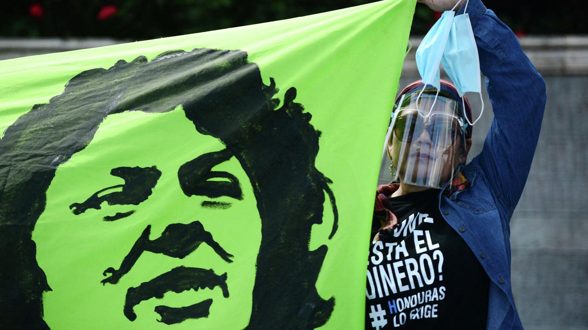 Una pancarta con el retrato de la ambientalista hondureña Berta Cáceres - Sputnik Mundo, 1920, 06.04.2021