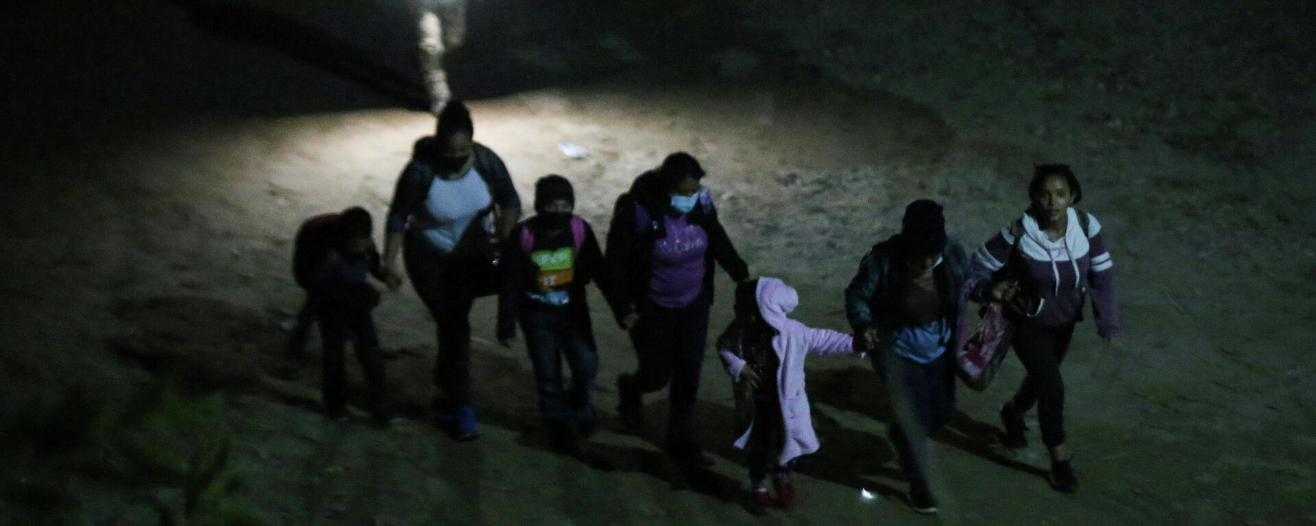 Una familia de migrantes intenta llegar a EEUU - Sputnik Mundo, 1920, 03.04.2021