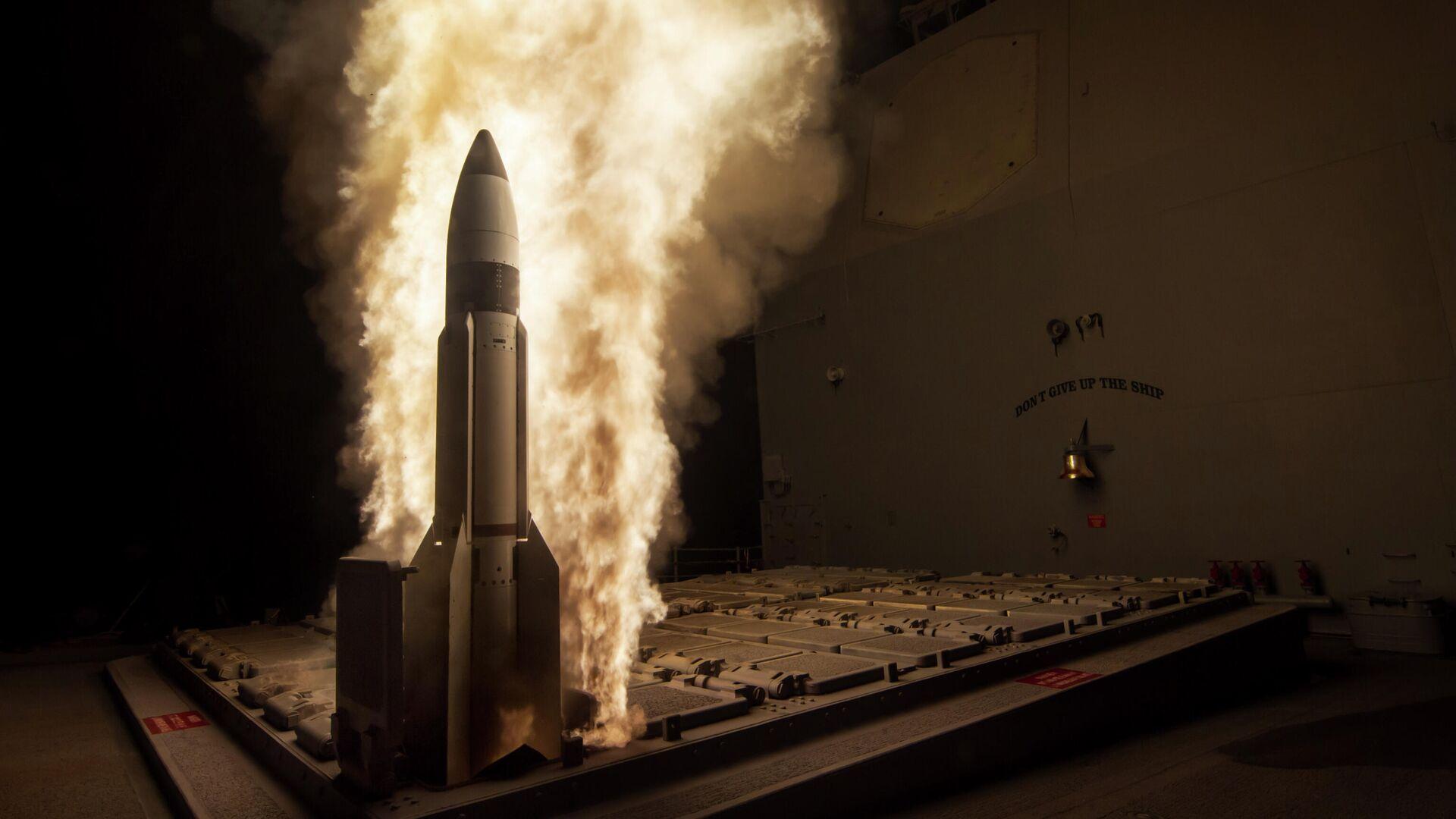 Un misil guiado Standard Missile-3 se lanza desde el USS Lake Erie durante una prueba - Sputnik Mundo, 1920, 03.04.2021