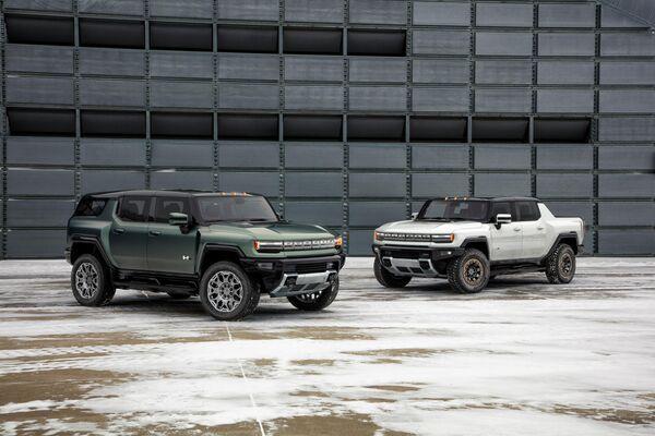 A GMC Hummer EV SUV and a GMC Hummer EV pickup truck: Sputnik Mundo
