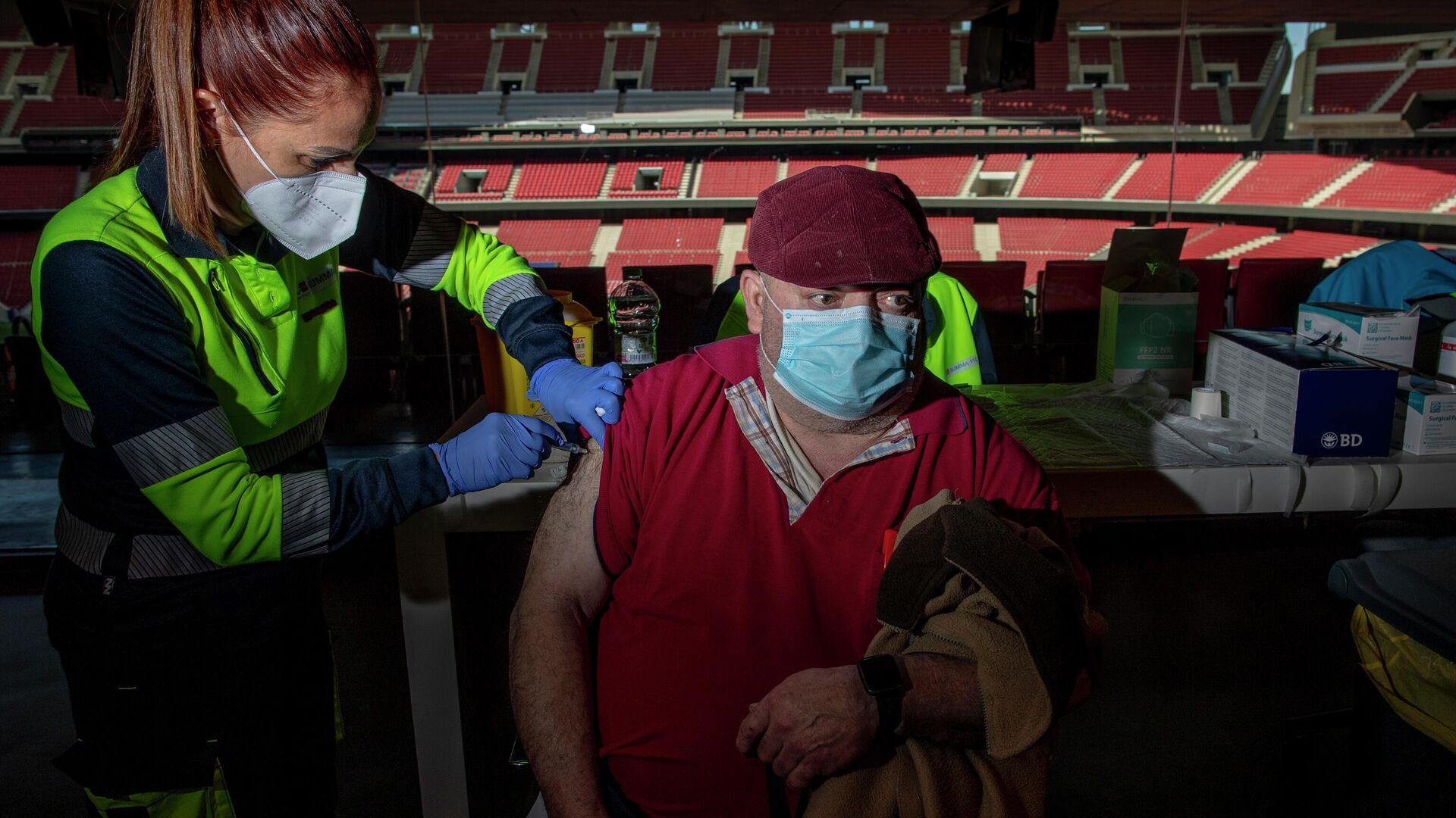 Un hombre es vacunado en el estadio Wanda Metropolitano de Madrid. - Sputnik Mundo, 1920, 05.04.2021