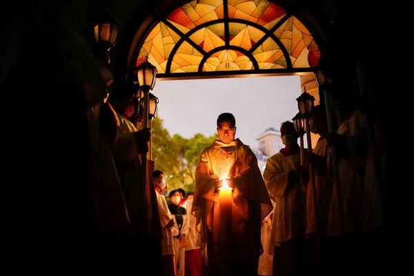 Los católicos chinos asisten a la Vigilia Pascual en medio del brote de coronavirus  en una iglesia católica en Shanghái (China). - Sputnik Mundo