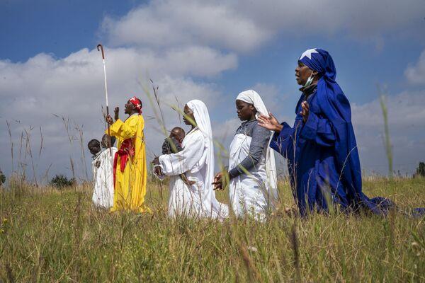 Los pentecostales apostólicos celebran la Pascua en el territorio de la parroquia de Johannesburgo de Soweto. Estas iglesias independientes sudafricanas están formadas por pequeños grupos de fieles que mezclan las tradiciones africanas y bíblicas. - Sputnik Mundo