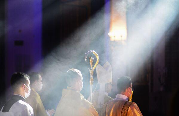 Los clérigos celebran una misa de Pascua en la Archicatedral de San Juan en Varsovia. - Sputnik Mundo