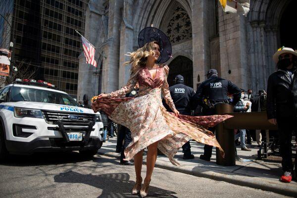 Una mujer asiste a un desfile anual de Pascua y al Festival Bonnet en la Quinta Avenida, en medio del brote de coronavirus en Nueva York (EEUU). - Sputnik Mundo
