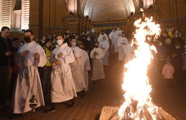 Los creyentes y clérigos durante una misa solemne de Pascua en la catedral católica de la Inmaculada Concepción de la Santa Virgen María de Moscú. - Sputnik Mundo