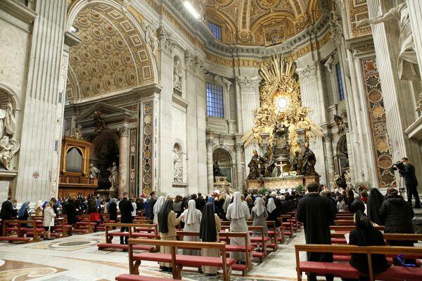 El Papa Francisco celebra la Vigilia Pascual en la Basílica de San Pedro casi vacía mientras las restricciones por el coronavirus se mantienen por segundo año consecutivo en el Vaticano. - Sputnik Mundo