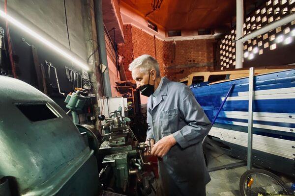 El Perucha en su taller de bicicletas en Madrid - Sputnik Mundo