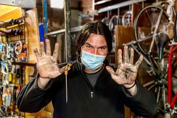 Alex, vecino del Perucha, en su taller de bicicletas en Madrid - Sputnik Mundo