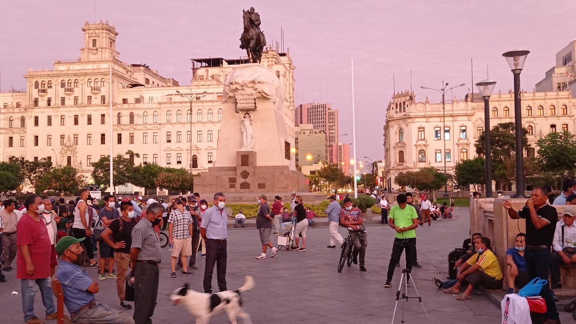 Debate público e improvisado de gente de izquierda en la Plaza San Martín de Lima - Sputnik Mundo, 1920, 06.04.2021