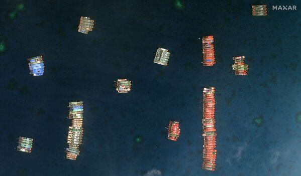 Un conjunto de embarcaciones pesqueras en el arrecife Whitsun, al que Manila se refiere como arrecife de Julián Felipe, en una imagen satelital de la compañía Maxar tomada el 23 de marzo de 2021. - Sputnik Mundo