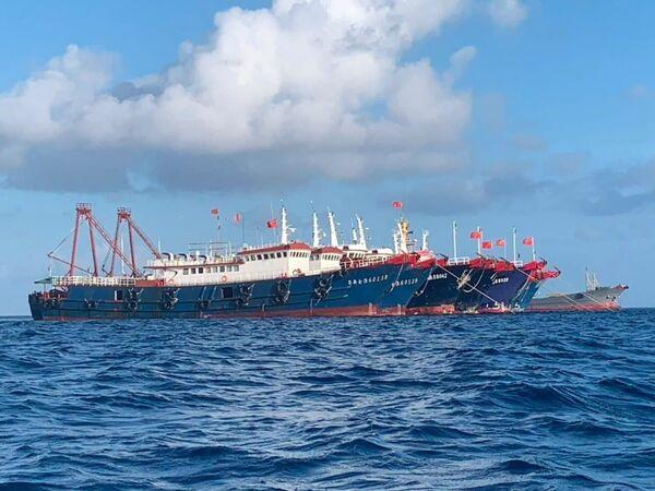 Los barcos chinos, supuestamente controlados por la milicia popular china, en el arrecife Whitsun, en el mar de China Meridional, el 27 de marzo de 2021. - Sputnik Mundo