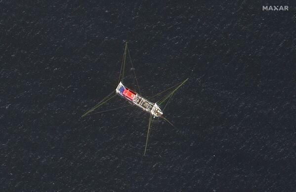 Vista de cerca de un barco pesquero en el arrecife Whitsun, en una imagen satelital de Maxar tomada el 23 de marzo de 2021. - Sputnik Mundo