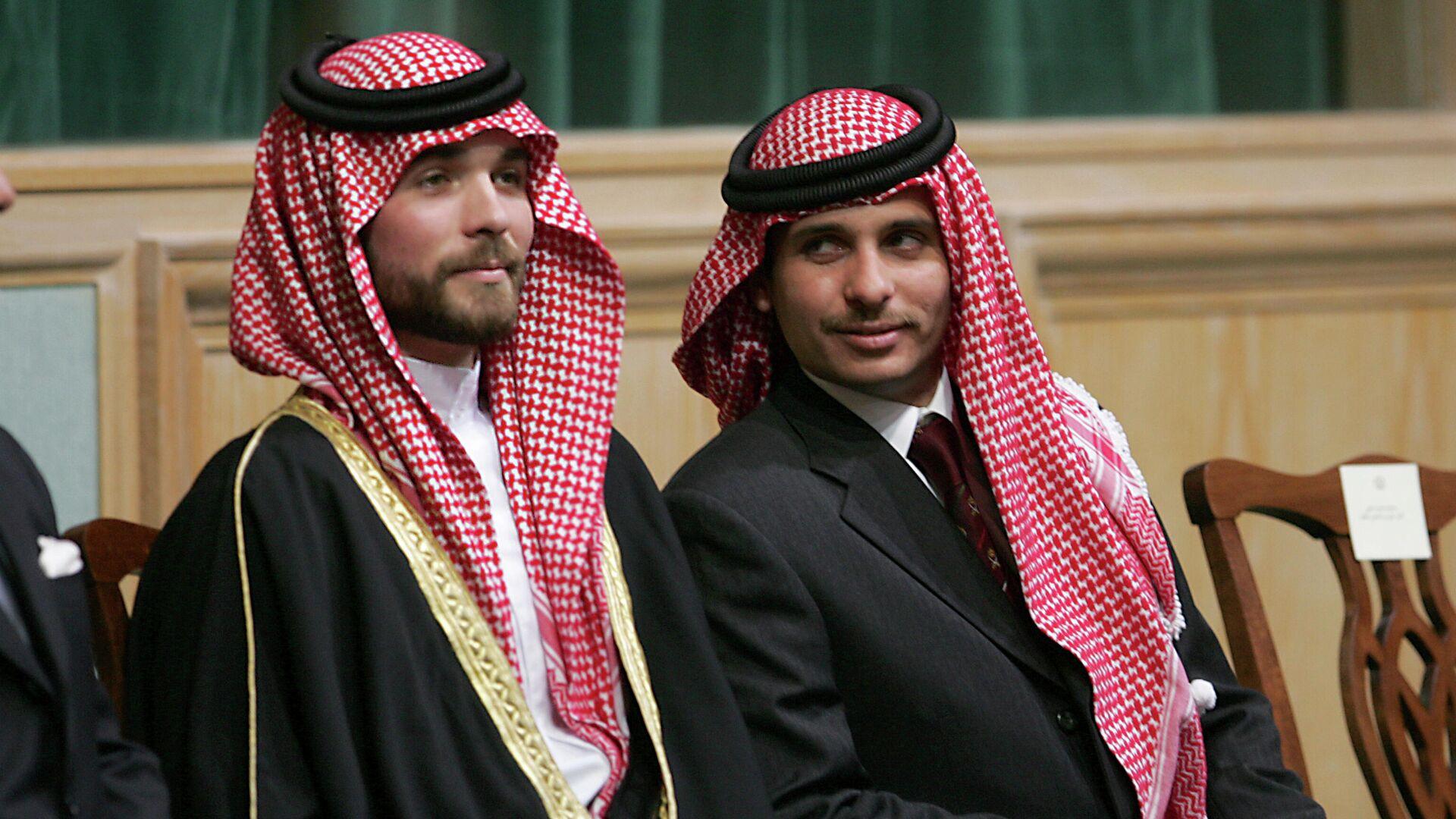 El príncipe Hamza Bin Hussein, a la derecha, y el príncipe Hashem Bin Hussein, a la izquierda, medio hermanos del rey Abdalá II de Jordania - Sputnik Mundo, 1920, 06.04.2021