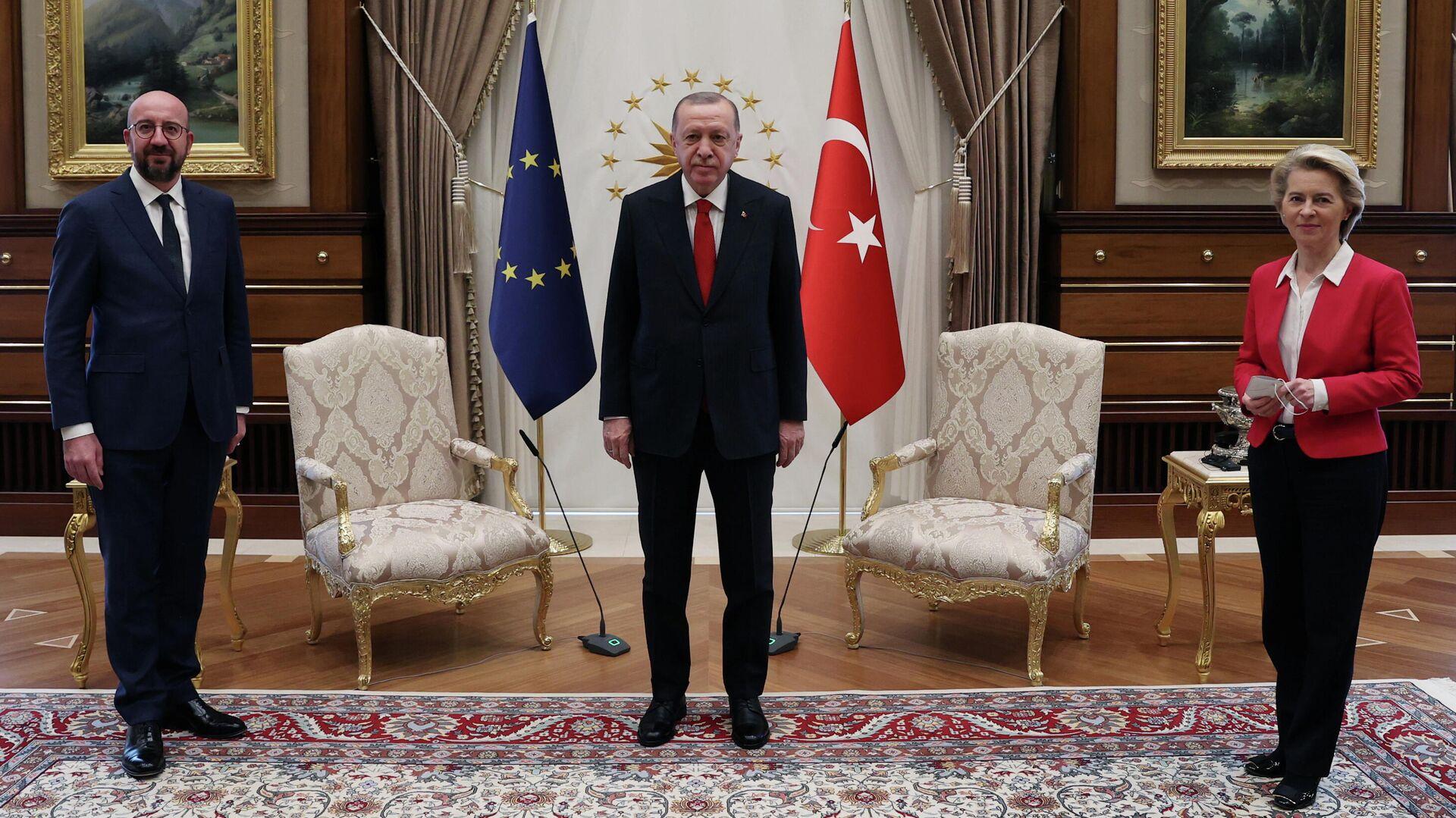 El presidente del Consejo Europeo, Charles Michel, el presidente de Turquía, Recep Tayyip Erdogan y la jefa de la Comisión Europea (CE), Ursula von der Leyen. - Sputnik Mundo, 1920, 07.04.2021