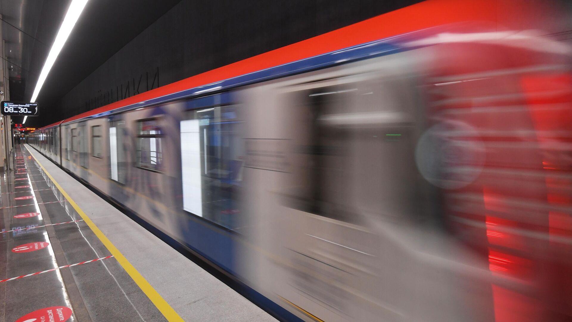 Un tren en el metro de Moscú - Sputnik Mundo, 1920, 08.04.2021