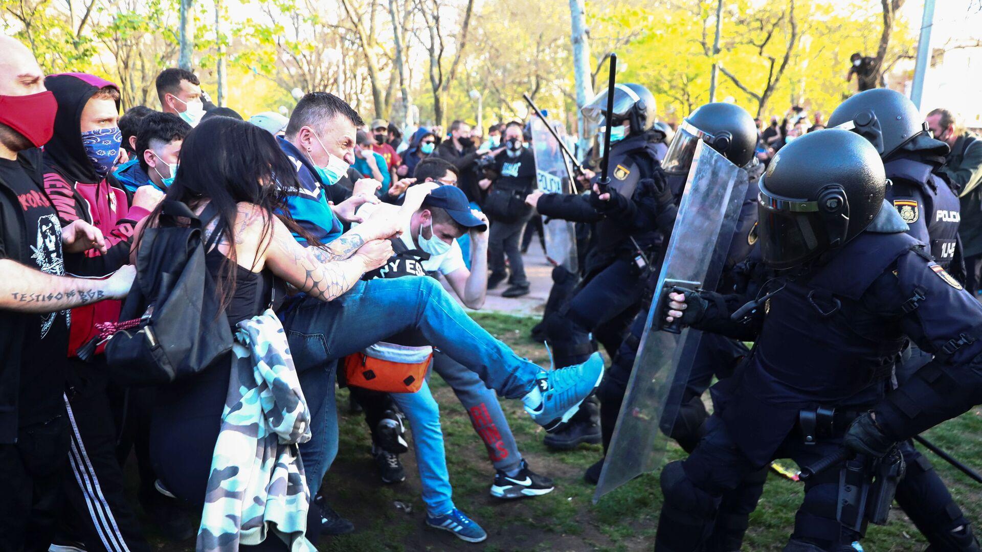 Столкновения между протестующими и полицией в Мадриде  - Sputnik Mundo, 1920, 08.04.2021