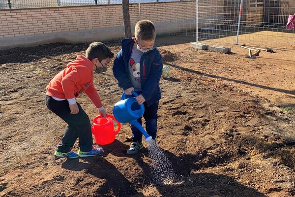 Niños regando el huerto de su colegio público en Sorihuela del Guadalimar, Jaén, España - Sputnik Mundo