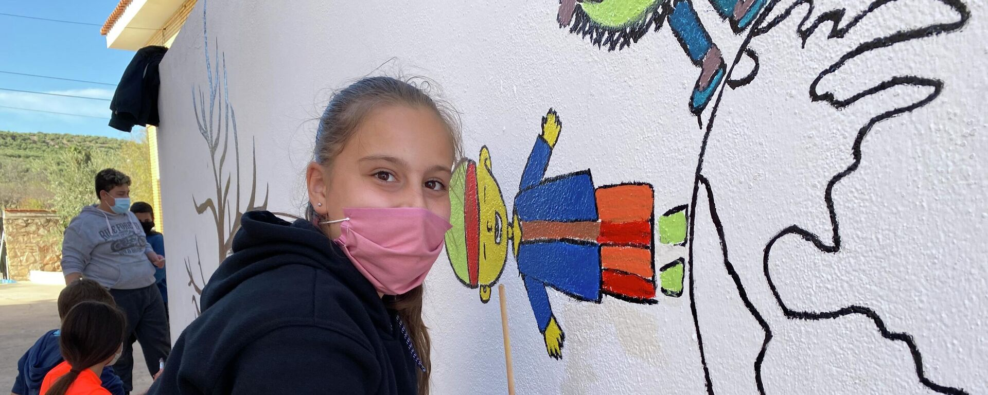 Una niña pinta un mural en su colegio de Sorihuela del Guadalimar, Jaén, España - Sputnik Mundo, 1920, 08.04.2021