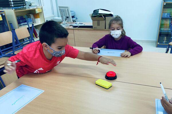 Niños del colegio público de Sorihuela del Guadalimar, Jaén, España, aprenden mediante métodos inclusivos y juegos - Sputnik Mundo