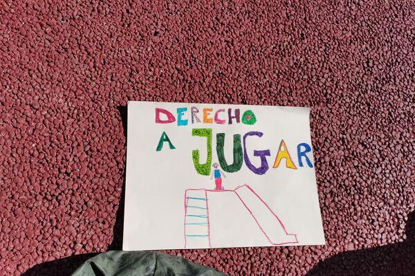 Cartel en el colegio rural de Cabanillas de la Sierra en Madrid, que apuesta por una educación en positivo y respetuosa - Sputnik Mundo