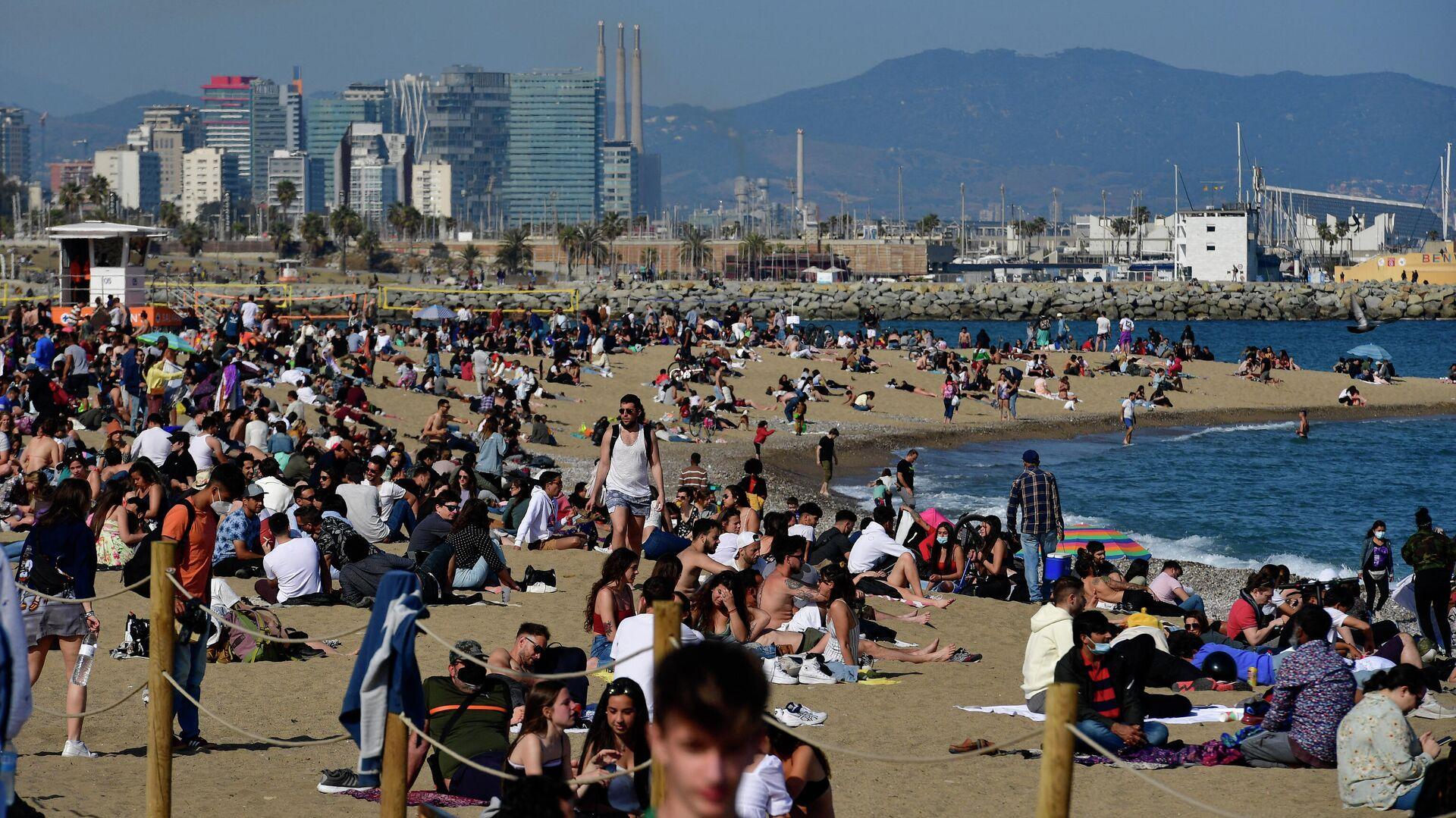 Público en la playa de la Barceloneta (Barcelona) - Sputnik Mundo, 1920, 08.04.2021