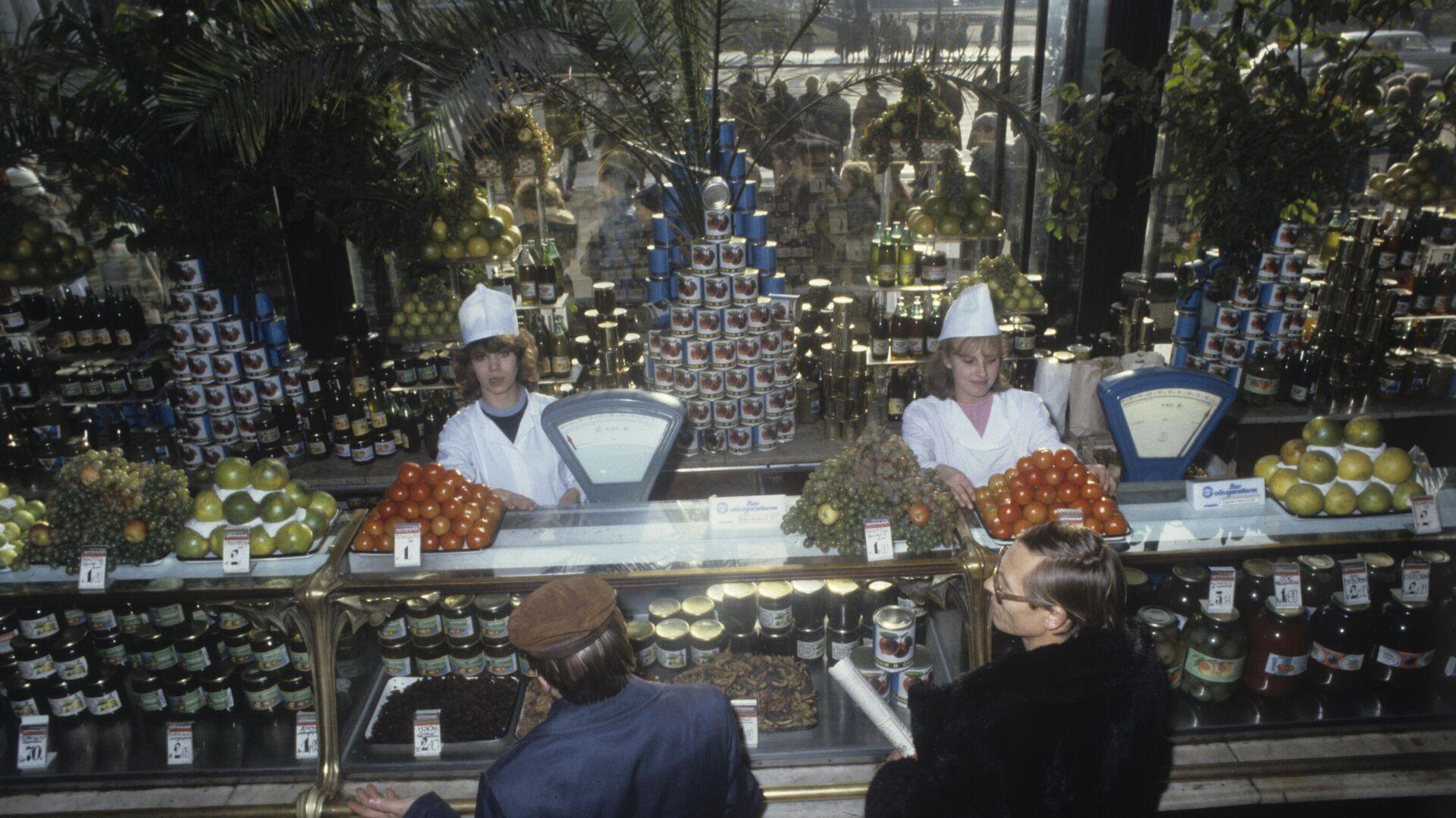 La tienda Eliséyevski en 1986, el departamento de la frutería - Sputnik Mundo, 1920, 08.04.2021
