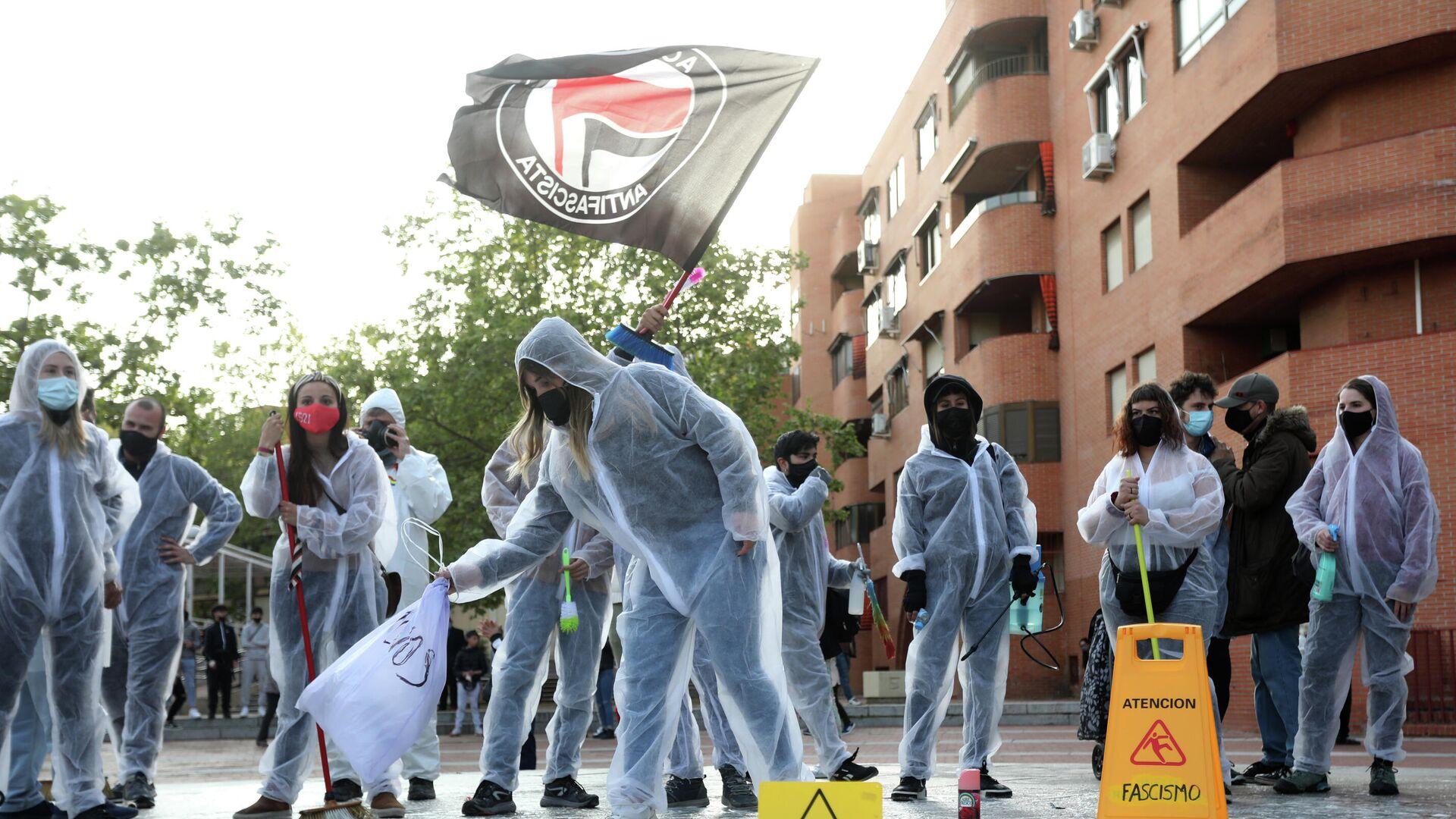 Varias personas durante el acto 'Desinfecta Vallekas del Fascismo'. Madrid, 8 de abril de 2021 - Sputnik Mundo, 1920, 09.04.2021