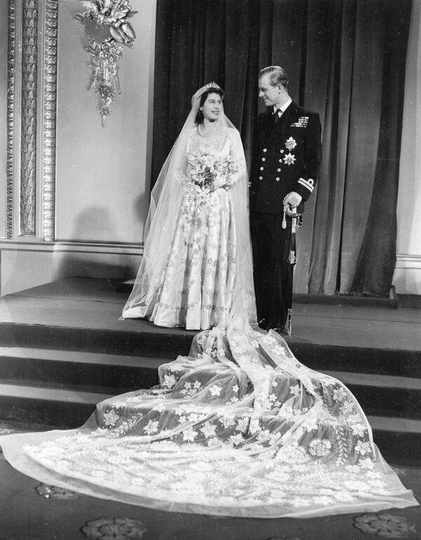 La foto oficial de la boda de la princesa Isabel y el príncipe Felipe, duque de Edimburgo, realizada el 20 de noviembre de 1947. - Sputnik Mundo