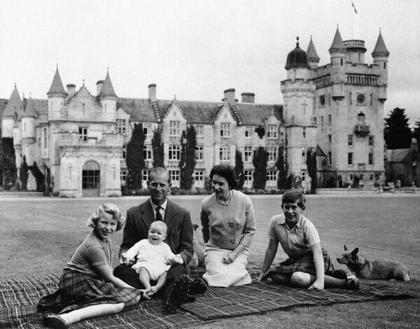 La reina Isabel II, el príncipe Felipe y sus hijos, el príncipe Carlos, a la derecha, la princesa Ana y el príncipe Andrés, posan para una foto en el césped del castillo de Balmoral, en Escocia, en septiembre de 1960. - Sputnik Mundo