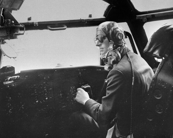 El príncipe Felipe maneja un avión de transporte militar Blackburn el 11 de abril de 1956. Unos minutos después un extintor de incendios estalló y llenó la cabina con gases asfixiantes. El duque consiguió mantener el control del avión a pesar del peligro y lo hizo aterrizar perfectamente 10 minutos después. - Sputnik Mundo
